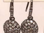 hängande silver örhänge fyllda med gnistrande stenar